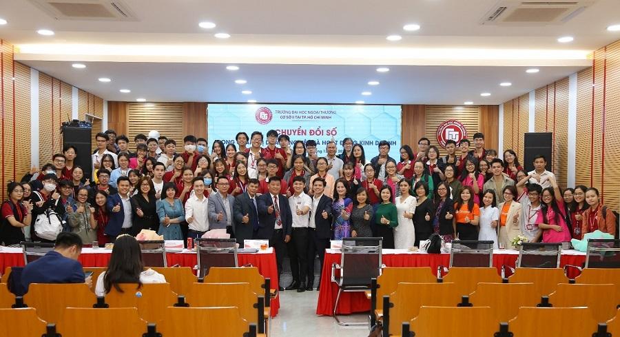 Quý diễn giả chụp hình lưu niệm cùng ThS Lê Giang Nam – Trưởng Ban TT&QHĐN, Quý khách mời doanh nghiệp và các em sinh viên Cơ sở II