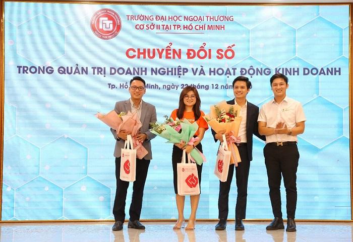 ThS Lê Giang Nam – Trưởng ban TT&QHĐN đã tặng hoa và quà thay lời cảm ơn chân thành đến Quý diễn giả