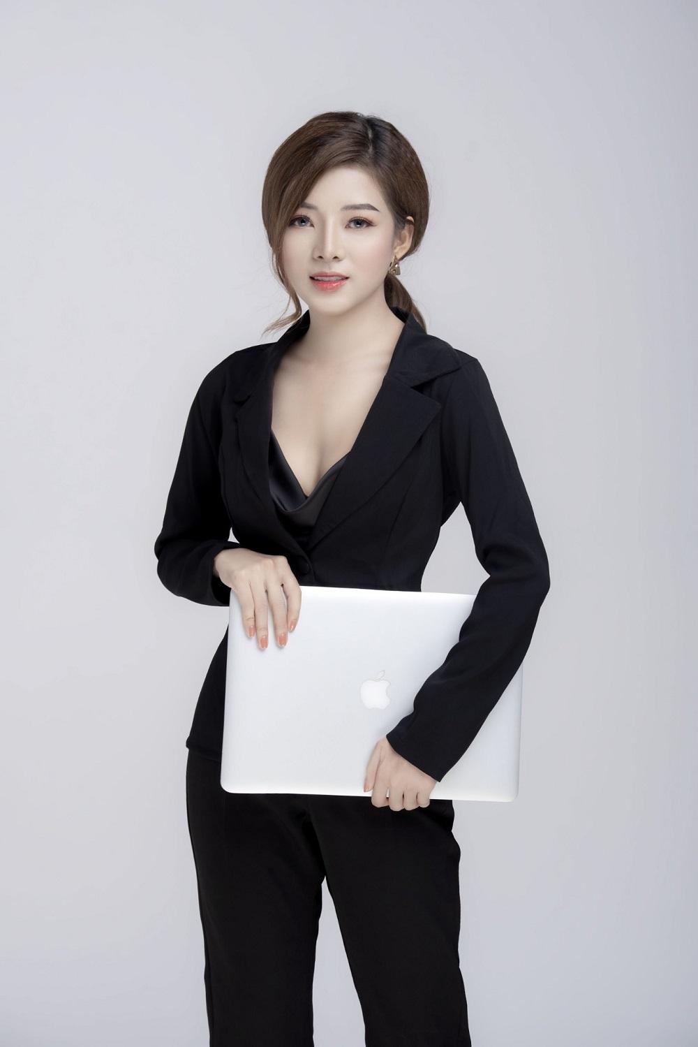 Nữ CEO trẻ mang thần thái vô cùng tự tin.