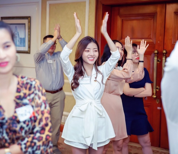 CEO Hồng Hạnh vô cùng vui vẻ và hòa đồng với mọi người.