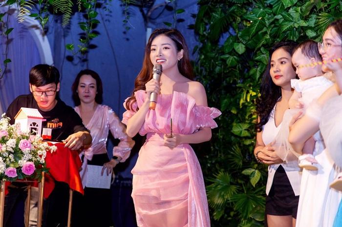 CEO Hồng Hạnh sở hữu nét đẹp đẩy tươi tắn