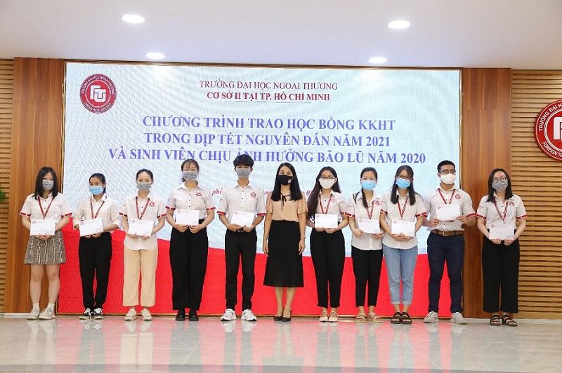 PGS, TS Nguyễn Thị Thu Hà – Phó Giám đốc Cơ sở II trao học bổng cho sinh viên chịu ảnh hưởng bão lũ năm 2020