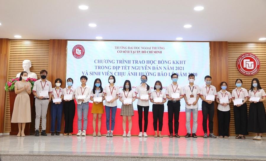 Cơ sở II tổ chức trao học bổng khuyến khích học tập dịp Tết Nguyên đán năm 2021 và hỗ trợ cho sinh viên có hoàn cảnh gia đình đặc biệt khó khăn do chịu ảnh hưởng của bão lũ tại miền Trung năm 2020
