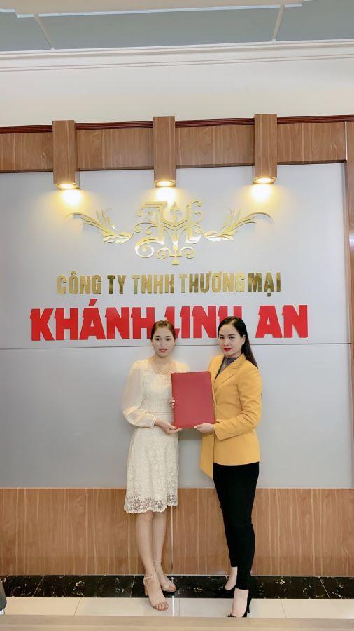 Chị Lê Thị Huyền Trang (trái) và Chị Đặng Thị Hằng - Tổng giám đốc Tập đoàn Khánh Linh An (phải)