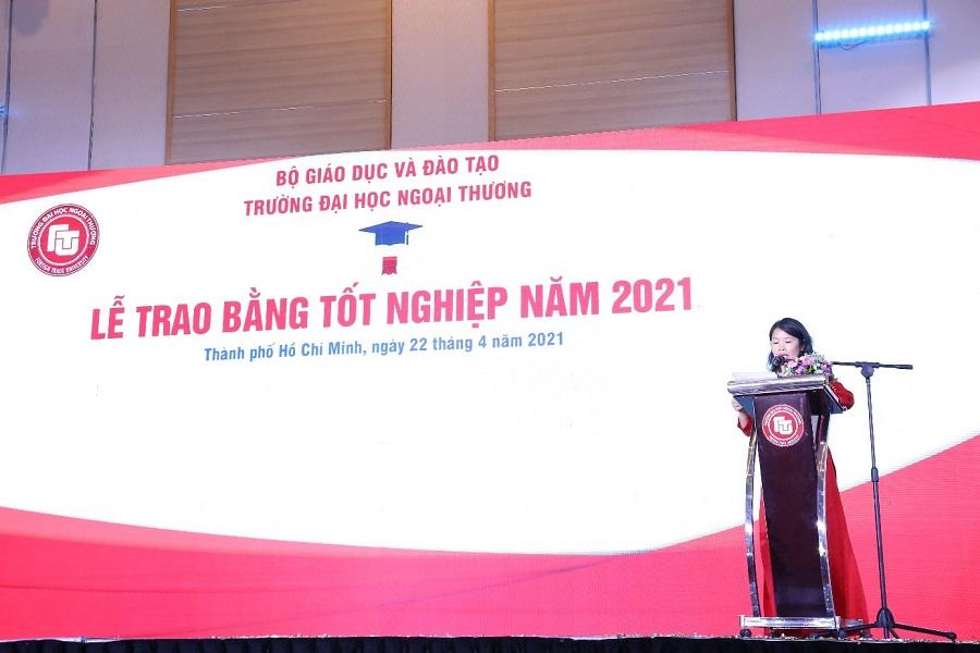 PGS, TS Vũ Thị Hiền - Trưởng Phòng QLĐT công bố Quyết định công nhận tốt nghiệp cho tân Thạc sĩ Khóa K27, tân cử nhân khóa K56, các khoá đại học hệ Chính quy
