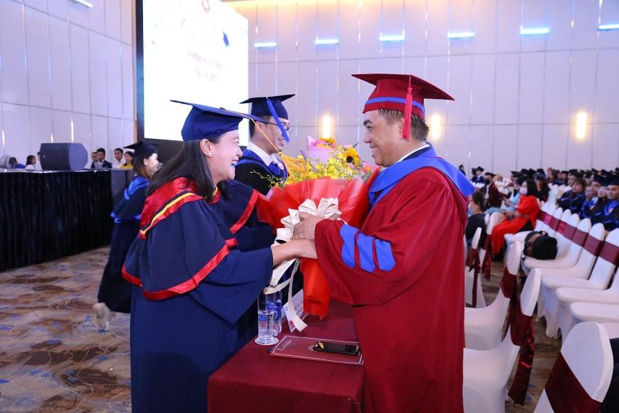 Trang trọng và ấm áp: Lễ trao bằng tốt nghiệp đợt tháng 4/2021 tại Cơ sở II trường Đại học Ngoại thương