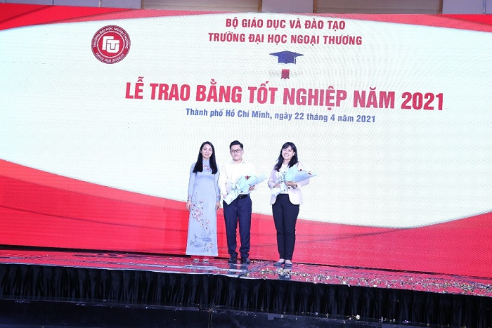 PGS, TS Nguyễn Thị Thu Hà -Phó Giám đốc CSII tặng hoa cảm ơn đại diện Công ty PasonaTech Việt Nam và Tập đoàn Hoa Sen tài trợ học bổng cho sinh viên