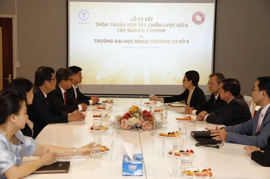 Đại diện Cơ sở II trường Đại học Ngoại thương và đại diện Tập đoàn C.T Group  thảo luận về chương trình hợp tác