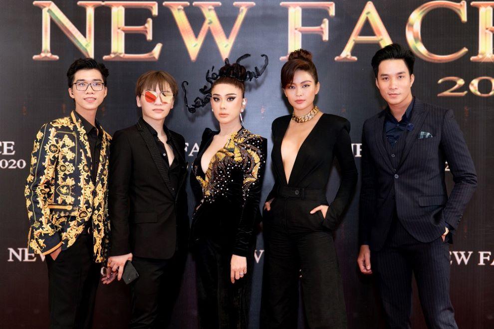 CEO Tony Phan (bên trái ngoài cùng) cùng dàn khách mời tại cuộc thi NewFace