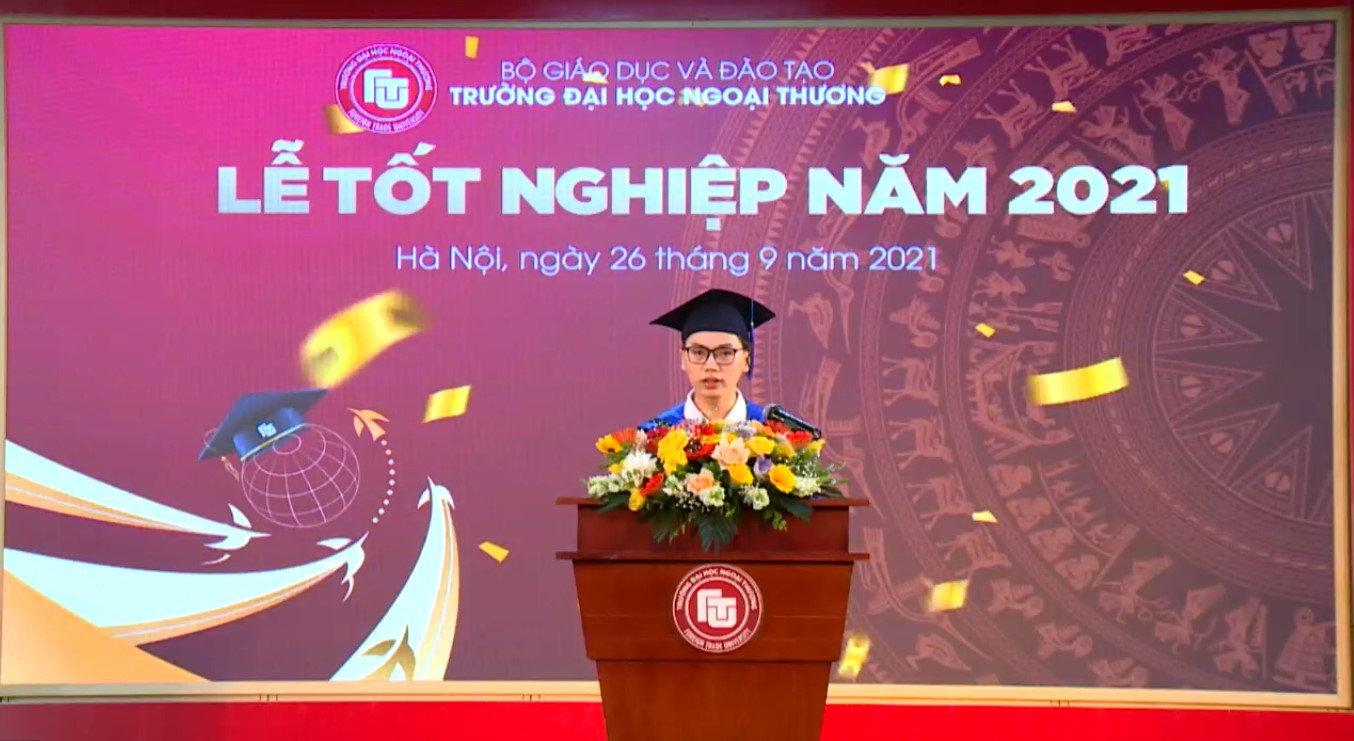 Thủ khoa Mai Tiến Thành đại diện tân Cử nhân khoá 56 phát biểu tại buổi Lễ