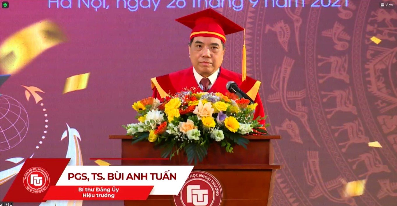 PGS, TS Bùi Anh Tuấn - Bí thư Đảng ủy, Hiệu trưởng nhà trường phát biểu tại Lễ tốt nghiệp